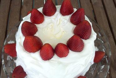 receita facil de bolo morangos chantilly